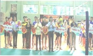 """Giải bóng chuyền """"Bông lúa vàng"""" là hoạt động chào mừng Đại hội đảng bộ tỉnh Hưng Yên lần thứ XVIII, nhiệm kỳ 2015 - 2020 và kỷ niệm 85 năm ngày thành lập Hội Nông dân Việt Nam (14-10-1930 - 14-10-2015)."""