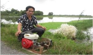 Ông nông dân làm máy bơm nước chống hạn