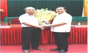 Thường trực Trung ương Hội trao sổ hưu cho đồng chí Nguyễn Quốc Cường