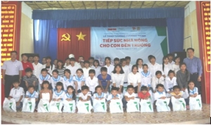 Trao 57 phần thưởng cho con em hộ nông dân nghèo