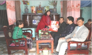 Đồng chí Chủ tịch Hội Nông dân tỉnh thăm tặng quà tết cho hội viên có hoàn cảnh khó khăn.