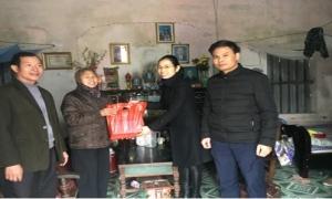 Hội Nông dân huyện Mỹ Hào tặng quà tết cho cán bộ Hội nghỉ hưu và hội viên có hoàn cảnh khó khăn