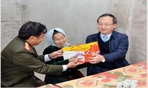 Bí thư Tỉnh ủy Đỗ Tiến Sỹ thăm, tặng quà người có công, hộ nghèo, nạn nhân chất độc da cam