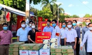 Hội Nông dân tỉnh, Hội Nông dân thị xã Mỹ Hào tặng quà, ủng hộ phòng chống dịch covid-19